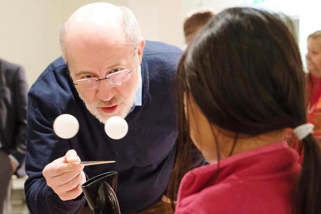 Bei unserer Pressekonferenz im Januar 2019 war auch Astrophysiker Prof. Harald Lesch zu Gast - und experimentierte gleich mit. © ScienceLab e.V.